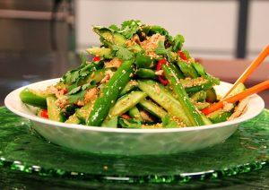 סלט אסייתי של עוף וקשת ירקות